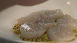 Le repas du 31 décembre annonce une ruée des consommateurs vers les produits frais. Les clients sont de plus en plus exigeants sur la qualité et la provenance des aliments. (France 3)