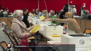 Des habitants dans un centre de vaccination près de Colmar. (France 2)