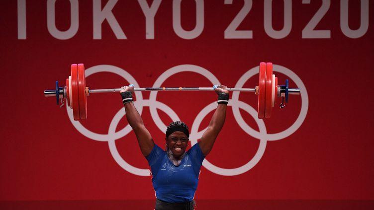 Gaëlle Nayo-Ketchanke lors de la finale olympique des 87 kg femmes en haltérophilie, le 2 août 2021. (MOHD RASFAN / AFP)