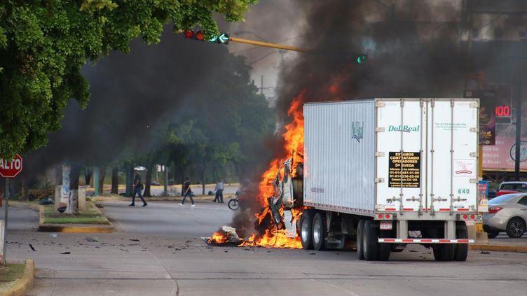 "Un camion en feu dans une rue de Culiacan (Mexique), après l'annonce de l'arrestation d'un fils du baron de la drogue ""El Chapo"", le 17 octobre 2019. (AFP)"