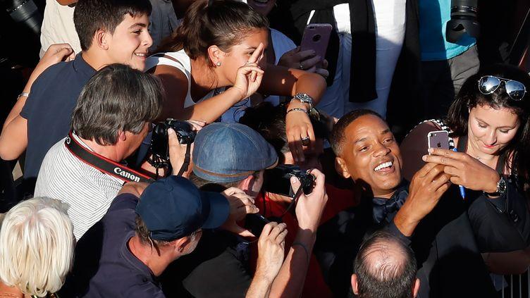 L'acteur américainWill Smith prend un selfie lors du Festival de Cannes, le 23 mai 2017. (LAURENT EMMANUEL / AFP)