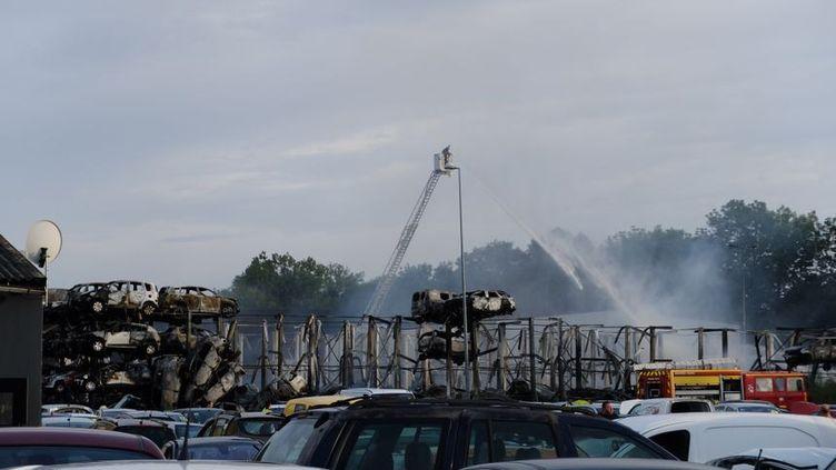 Près de 500 véhicules ont été détruits par l'incendie qui a frappé une casse automobile à Auxerre (Yonne), le 27 juillet 2019. (FLORE CATALA / RADIO FRANCE)