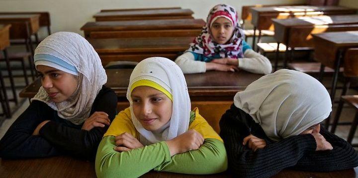 Des écolières à Alep. Sur les 15 professeurs de cette école, un seul est resté pour faire une demie-heure de cours par jour aux 60 élèves, avec l'aide de bénévoles (William Roguelon)