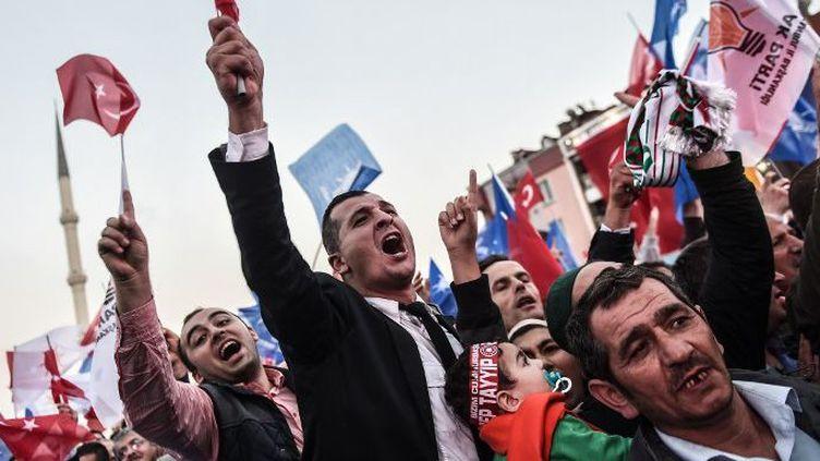 Militants de l'AKP à Istanbul, le 7 octobre 2015. (OZAN KOSE / AFP)