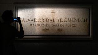 La tombe de Salvador Dali située dans la crypte sous le Théâtre-Musée Dali de Figueras (Espagne), le 18 juillet 2017. (LLUIS GENE / AFP)