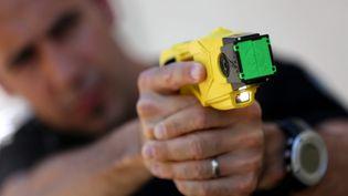 Un gendarme pointe un pistolet à impulsion électrique, le 17 juin 2019, à Montbéliard (Franche-Comté). (MAXPPP)