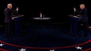 Le candidat démocrate Joe Biden et le président et candidat républicain Donald Trump, lors d'un débat pendant la campagne pour l'élection présidentielle américaine, le 22 octobre 2020. (JIM BOURG / GETTY IMAGES NORTH AMERICA)