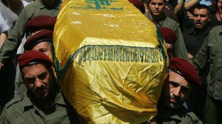 Beyrouth, au Liban, le 21 mai 2013. Des membres du Hezbollah libanais portent le cercueil d'un camarade, tué au combat. (AFP PHOTO / STR)