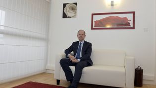 Jean-Jacques Urvoas pose dans sa permanence parlementaire, le 7 février 2016, à Quimper (Finistère). (MAXPPP)