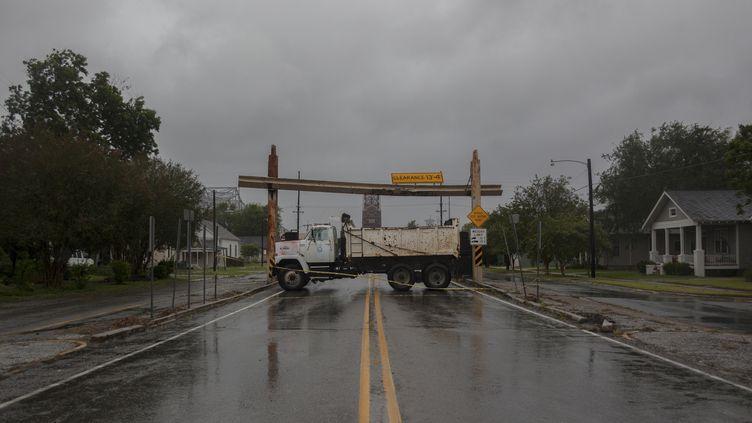 Un camion bloque l'accès d'un pont à Morgan City (Louisiane), lors du passage de la tempête Barry, samedi 13 juillet 2019. (SETH HERALD / AFP)