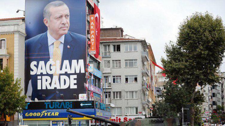 Le président Erdogan n'hésite pas à s'afficher sur les murs d'Istanbul lors d'une parade militaire en 2014. (OZAN KOSE / AFP)