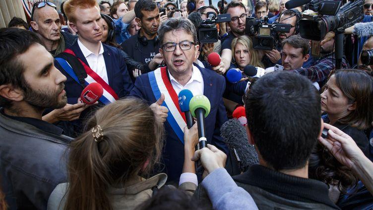 Jean-Luc Mélenchon parle à la presse après la perquisition du siège de La France insoumise, à Paris, le 16 octobre 2018. (MAXPPP)