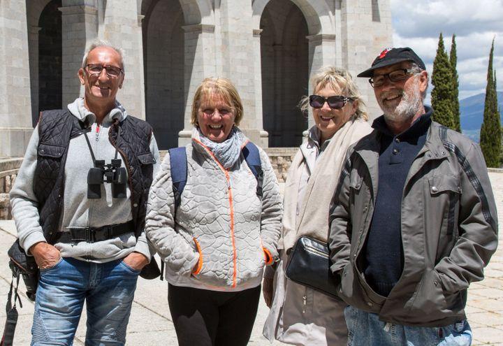 """Un groupe de quatre visiteurs français, venus de Bretagne et de Lorraine au """"Valle de los Caídos"""", mercredi 5 juin 2019. (JULIETTE CAMPION / FRANCEINFO)"""