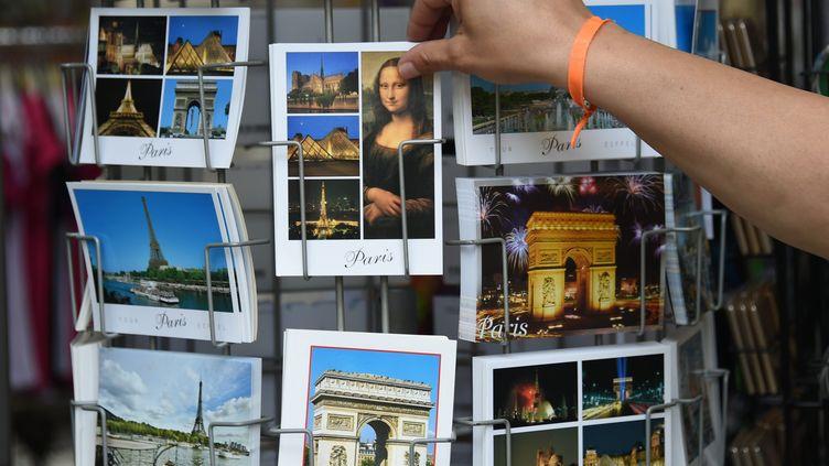 Des cartes postales vendues à Paris, le 14 août 2014. (MARCUS BRANDT / DPA / AFP)