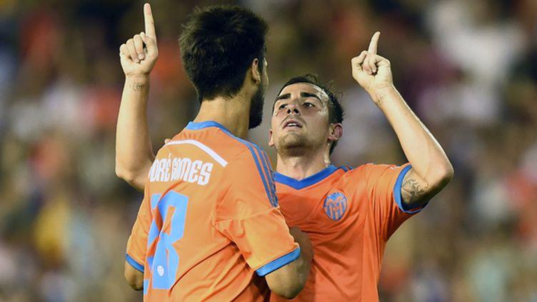 Alcacer lève les doigts, Gomes le congratule et Valence sourit (JOSE JORDAN / AFP)