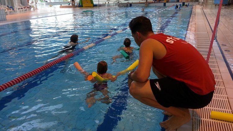 Une leçon de natation dans une piscine à Caen (Calvados). (OLIVIER DUC / RADIO FRANCE)