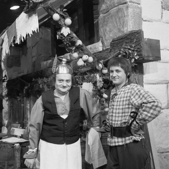 """René Goscinny et Albert Uderzo sur le tournage du téléfilm """"Deux romains en Gaule"""", janvier 1967 (GEORGES GALMICHE / INA)"""