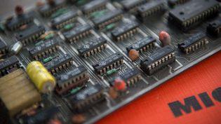Un circuit imprimé d'un ordinateur avec plusieurs microprocesseurs. (GUILLAUME SOUVANT / AFP)