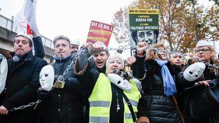 Des dirigeants d'entreprise manifestent dans les rues de Paris, le 1er décembre, contre la politique du gouvernement. (JALLAL SEDDIKI / CITIZENSIDE / AFP)