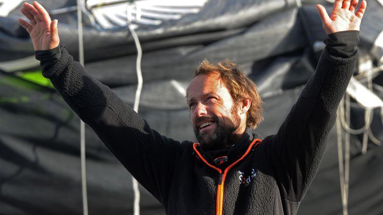 Le skipper français Thomas Coville arrive à Brest, le 26 décembre 2016, après avoir battule record du tour du monde à la voile en solitaire. (FRED TANNEAU / AFP)