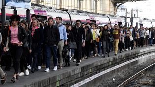 Des passagers photographiés à la gare Saint-Lazare, à Paris, le 24 avril 2018. (BERTRAND GUAY / AFP)
