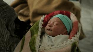 Dorothée Deslandes est à la tête d'une équipe de soin afghane afin de venir en aide aux patients, notamment lors des accouchements. (FRANCE 2)