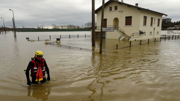 Un pompier inspecte un quartier inondé de Peyrehorade (Landes), le 14 décembre 2019. (GAIZKA IROZ / AFP)