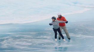 Jayne Torvill et Christopher Dean reproduisent 36 ans après la chorégraphie de leur médaille aux Jeux olympiques d'hiver de Sarajevo. (CAPTURE D'ÉCRAN)