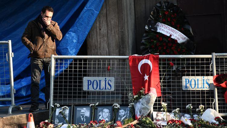 Des fleurs déposées en hommage aux victimes devant l'entrée de la discothèque dans laquelle un attentat a été commis pendant le réveillon du Nouvel An, le 2 janvier 2017 à Istanbul (Turquie). (OZAN KOSE / AFP)