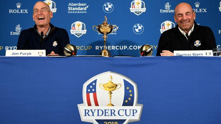 Le capitaine américain de la Ryder Cup, Jim Furyk (à gauche), et son homologue européen, Thomas Bjorn (à droite). (FRANCK FIFE / AFP)