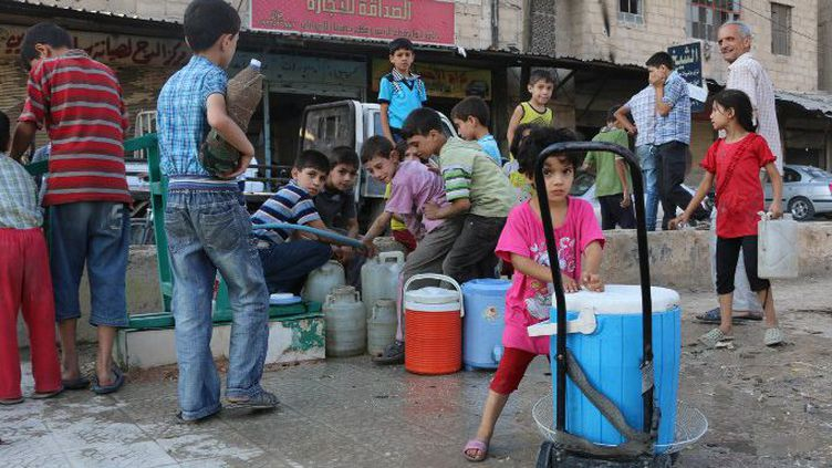 Privés d'école, les enfants syriens sont de corvée d'eau dans la Ghouta de Damas, où 700 cas d'hépatite ont été enregistrés en juillet 2015 en raison d'une consommation d'eau non potable. (AMER ALMOHIPANY / NURPHOTO)