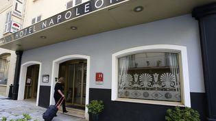 Une femme entre dans l'hôtel Napoléon à Ajaccio en Corse. (Photo d'illustration) (PASCAL POCHARD-CASABIANCA / AFP)
