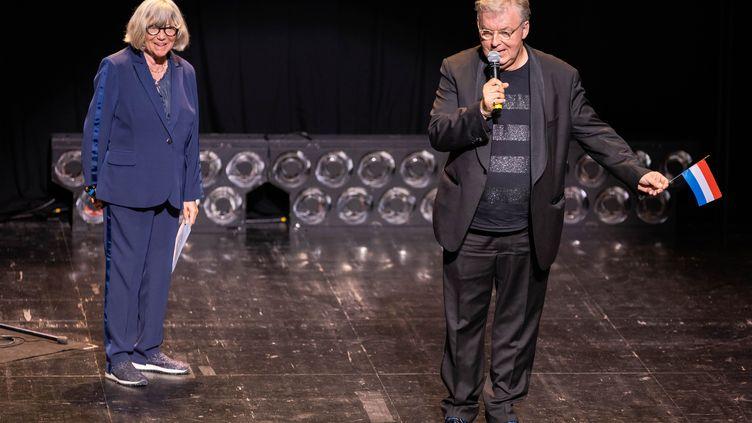 La réalisatrice Marie-France Brière et Dominique Besnehard, délégué général du Festival du film francophone d'Angoulême, le 25 août 2019 à la cérémonie de clôture du festival. (YOHAN BONNET / AFP)