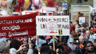 Une pancarte hostileà la loi Travail, lors de la manifestation du 1er-Mai à Paris, le 1er mai 2016. (ALAIN JOCARD / AFP)