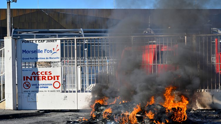 L'accès au port de Marseille bloqué lors d'une manifestation, le 9 janvier 2020. (GERARD JULIEN / AFP)