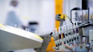 La fabrication d'un vaccin. (JOEL SAGET / AFP)