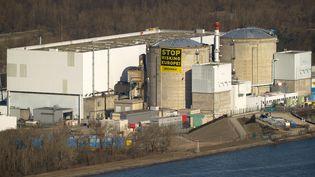 Une banderole déployée par des militants de Greenpeace sur un réacteur de la centrale de Fessenheim (Haut-Rhin), le 18 mars 2014. (SEBASTIEN BOZON / AFP)