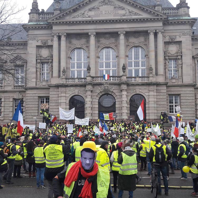 """Manifestation de """"gilets jaunes"""" devant la cour d'appel de Colmar (Haut-Rhin), le 5 janvier 2019. (MAXPPP)"""