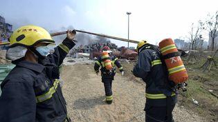 Des pompiers sur le site des explosions de Tianjin (Chine), le 14 août 2015. (YUE YUEWEI / XINHUA / AFP)