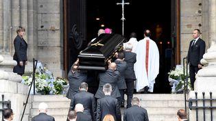 Le cercueil de l'actrice Mireille Darc arrive en l'église Saint-Sulpice, el 1er septembre 2017 à Paris. (ERIC FEFERBERG / AFP)