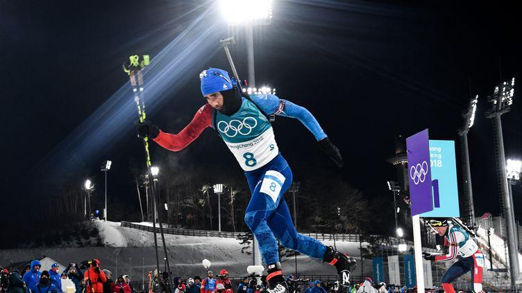 Martin Fourcade a craqué sur le dernier tir de l'individuel et échoue à la 5e place. (KIRILL KUDRYAVTSEV / AFP)