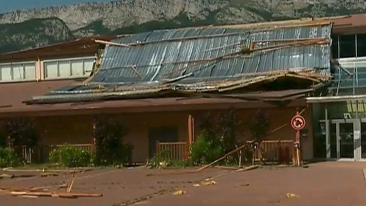 À Doussard (Haute-Savoie), le toit de la salle des fêtes s'est partiellement effondré pendant un concert lundi 1er juillet au soir (FRANCE 2)