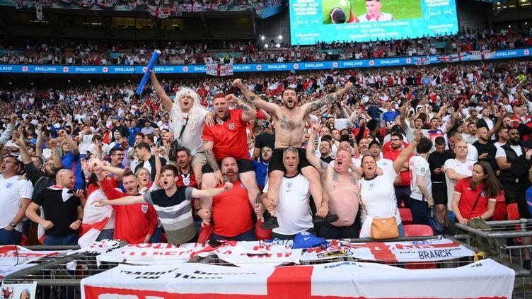 Des supporters de l'Angleterre, dimanche 11 juillet 2021 au stade de Wembley (Royaume-Uni), pour la finale de l'Euro 2021 contre l'Italie. (LAURENCE GRIFFITHS / AFP)