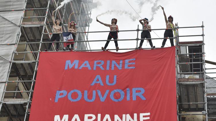 Des Femen sur l'échafaudage de l'église d'Hénin-Beaumont (Pas-de-Calais) le 7 mai 2017. (ALAIN JOCARD / AFP)