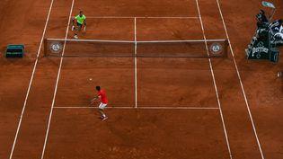 Novak Djokovic et Rafael Nadal en pleine bagarre sur le Court Philippe-Chatrier lors de la demi-finale, le 11 juin (CHRISTOPHE ARCHAMBAULT / AFP)