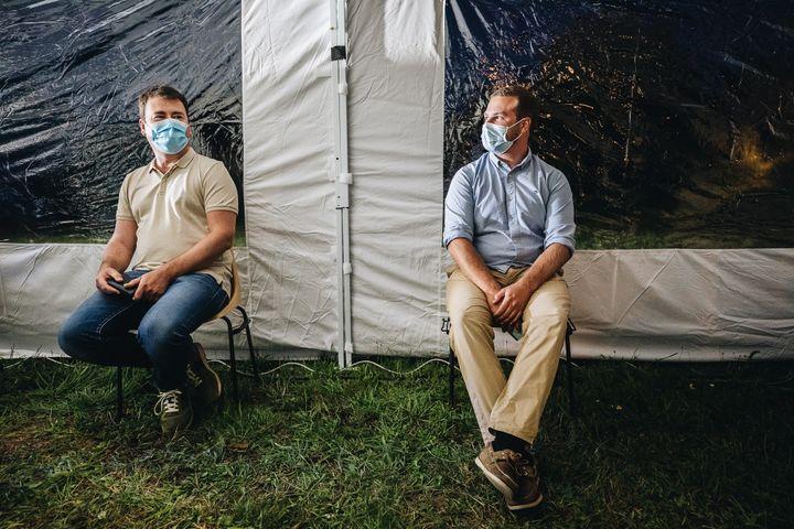 Emmanuel et Benjaminsympathisent en attendant d'être soumis à un test antigénique. (PIERRE MOREL / FRANCEINFO)
