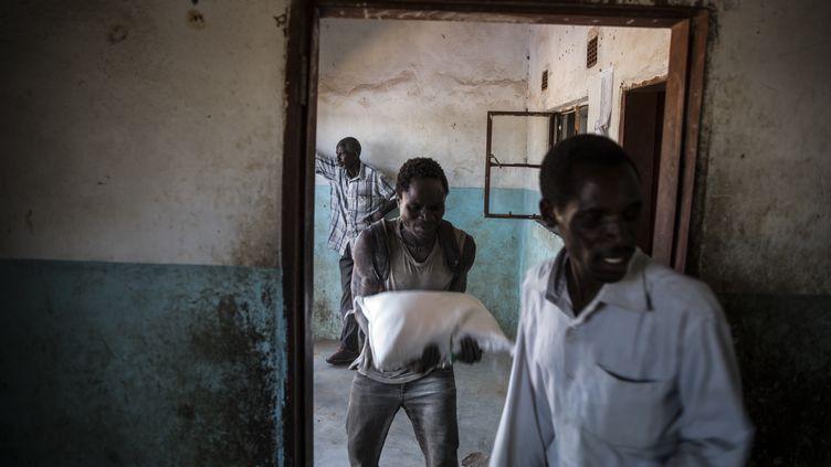 Des volontairesdistribuent une aide alimentaire à Simumbwe, en Zambie, le 22 janvier 2020. 2,3 millions de personnes étaient déjà à cette date en situation d'insécurité alimentaire sévère. (GUILLEM SARTORIO / AFP)