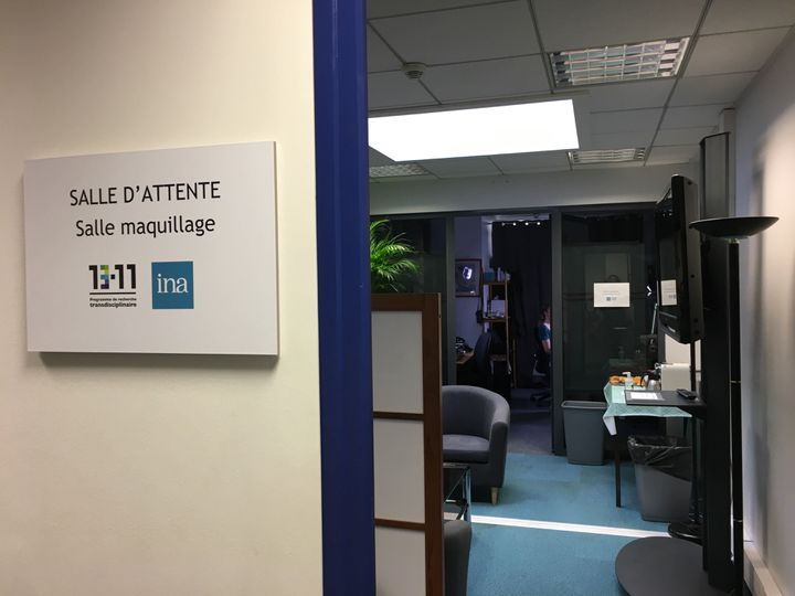 La salle d'attente et de maquillage du Programme 13-Novembre à l'INA. (CATHERINE FOURNIER / FRANCE INFO)