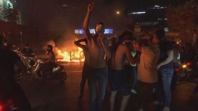 près des émeutesdans la nuit de jeudi à vendredi, les manifestations continuent pour réclamer la démission du gouvernement libanais.  (France 24)