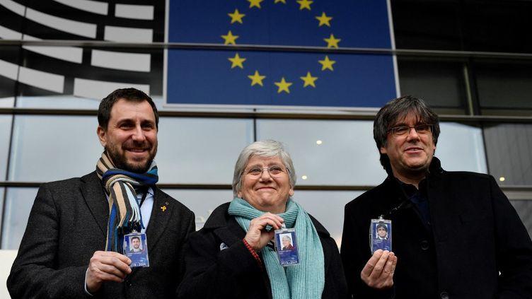Le leader indépendantiste catalanCarles Puigdemont (droite),Clara Ponsati (centre) et Toni Comin, devant le siège du Parlement européen, à Bruxelles, le 5 février 2021. (JOHN THYS / AFP)